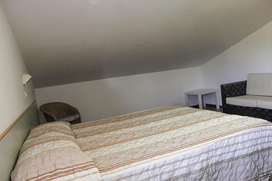 appartamenti-a-Misano-Adriatico-vicino-al-mare-bilocale-mansardato-camera-da-letto