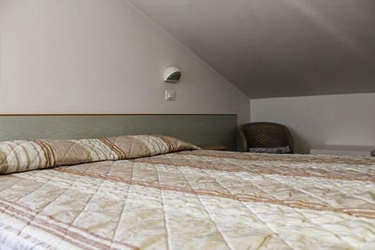 appartamenti-a-Misano-Adriatico-vicino-al-mare-bilocale-mansardato-letto