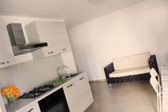 appartamenti-a-Misano-Adriatico-vicino-al-mare-cucina-con-salottino