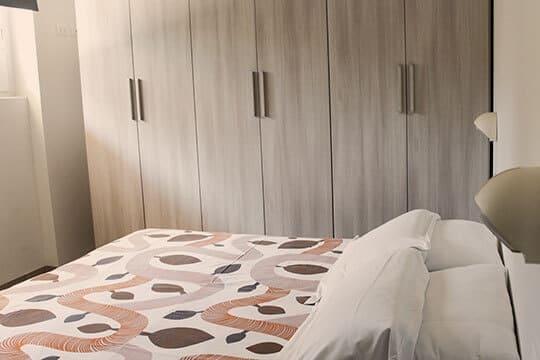 appartamenti-a-Misano-Adriatico-vicino-al-mare-letto-e-armadio